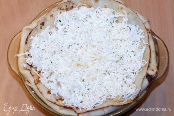 Посыпаем курник сверху тертым сыром и ставим в духовку на 20–30 минут при 180°C. Когда сыр полностью расплавится, курник готов!