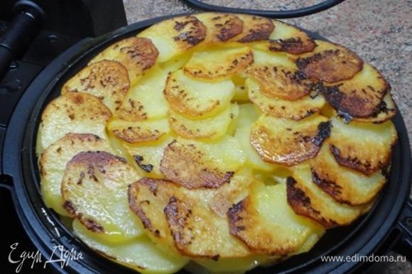 В следующий раз я перевернула картофель на верхнюю сковороду. Но на блюдо целиком выложить не получилось. Поэтому в тортильнице, вероятно, и не стоит его переворачивать, так как картофель одновременно подрумянивается и снизу, и сверху.