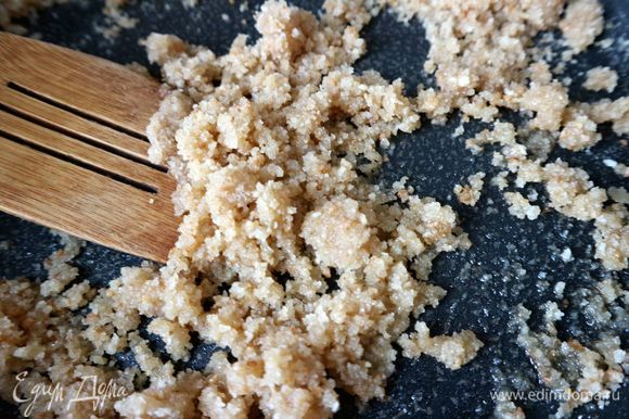 Приготовить начинку. Сухари смешать с 2 ст. л. оливкового масла, обжарить на сковороде на небольшом огне. Снять сковороду с огня.