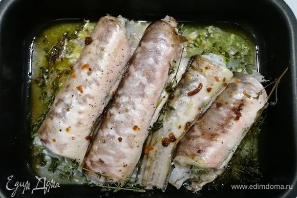 Вынимаем готовую креветочную рыбу из духовки, немного остужаем.