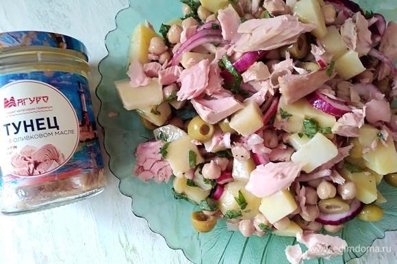 Разложить кусочки тунца и оливки.