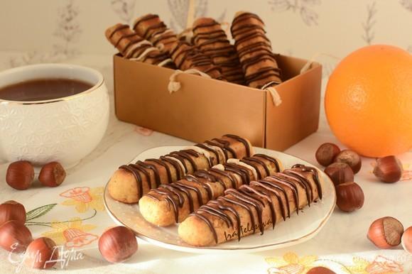Теперь только осталось дождаться, когда шоколад застынет, и можно ставить чайник, чтобы в кругу семьи и друзей наслаждаться ароматным домашним печеньем.