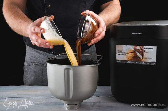 Добавьте взбитые яйца, растопленный на водяной бане шоколад.