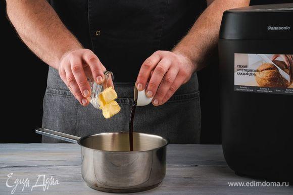 Добавьте в смесь сливочное масло и ванильный экстракт, перемешайте. Остудите крем.
