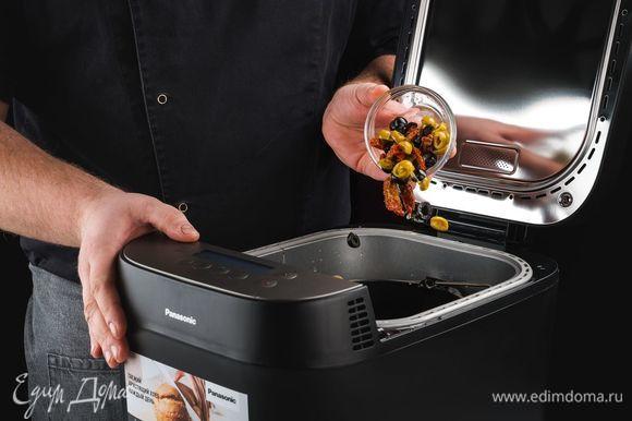 Через 20–25 минут раздастся звуковой сигнал — добавьте в чашу нарезанные маслины, оливки и вяленые помидоры. Нажмите кнопку «Старт».