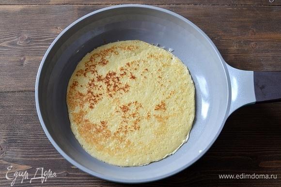 Жарьте блины на сковороде, смазывая ее маслом. Вы можете приготовить блины и по своему любимому рецепту.