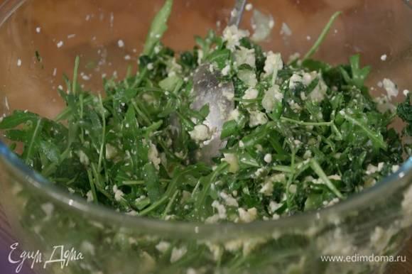 Приготовить начинку: петрушку, зеленый лук и руколу соединить с творогом и 3 яйцами, слегка посолить, добавить сыр и капусту, все перемешать.