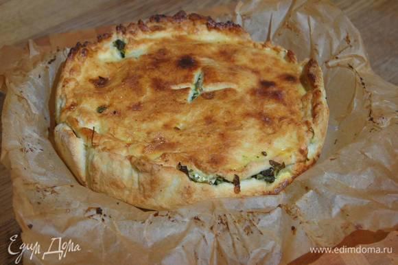 Яичный желток перемешать с молоком и щепоткой соли, смазать пирог и выпекать его в разогретой духовке 40‒45 минут.