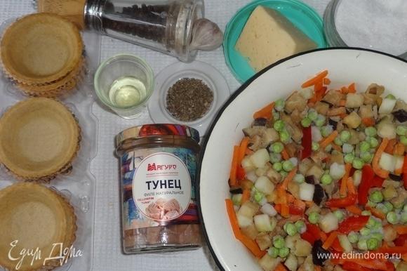 Подготовить необходимые продукты для приготовления закуски. У меня замороженная овощная смесь, состоящая из баклажанов, кабачков, моркови, сладкого перца, зеленого горошка, помидоров.