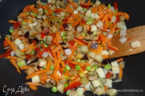 Выложить овощи, не размораживая их. Обжарить, помешивая, 2–3 минуты.