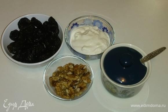 Собираем вместе все необходимые ингредиенты (предварительно споласкиваем под водой чернослив и орехи, а затем орехи нужно подсушить).