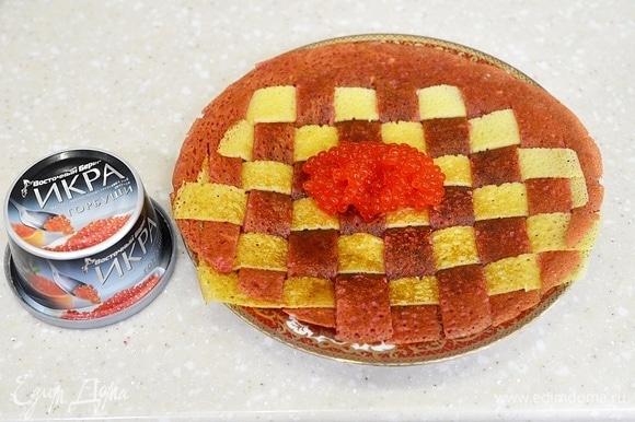 Переверните блин обратной стороной и выложите икру. Я использую красную икру ТМ «Восточный берег». Эта икра сделана не из замороженного сырья, обладает высокими вкусовыми качествами.