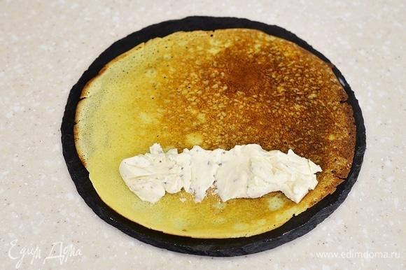Край каждого блина смажьте плавленым сыром.