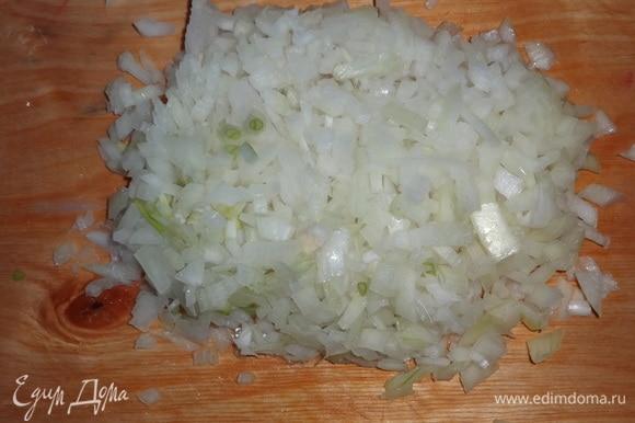 Лук очистить, одну луковицу мелко нарезать.
