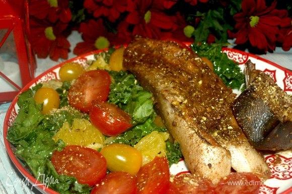 Перед подачей посыпать фисташками. Подавать с салатом и свежими овощами. К такой рыбе идеально подойдет апельсин.