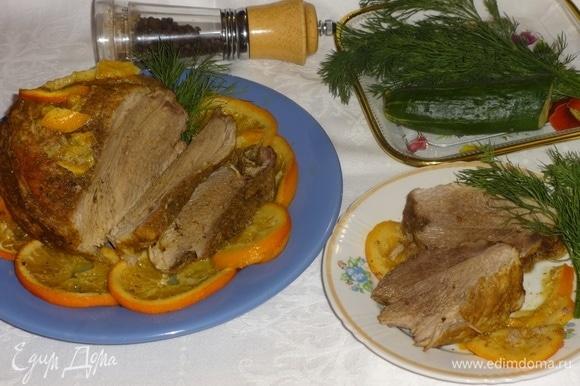 Готовую свинину выложить на блюдо, вокруг разложить кружки апельсинов. Разрезать мясо на порции и подать к столу. Украсить любой зеленью по вкусу. Угощайтесь! Приятного аппетита!