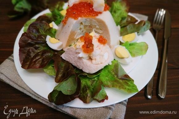 Мусс украсьте сверху красной икрой, креветками и перепелиными яйцами. Приятного аппетита.