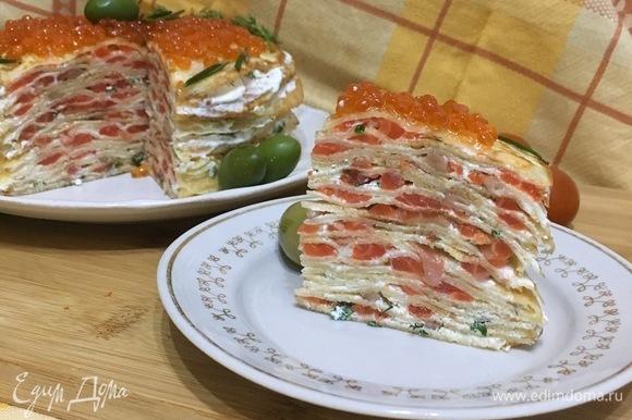 Блинный торт готов. Можно отрезать кусочек и наслаждаться вкусом.