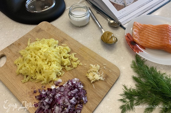 Картофель, лук и чеснок почистить и натереть на крупной терке.