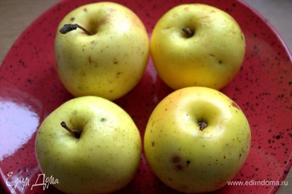 В рецепте указано 6 яблок, но я решила, что для моей формы хватит 4.