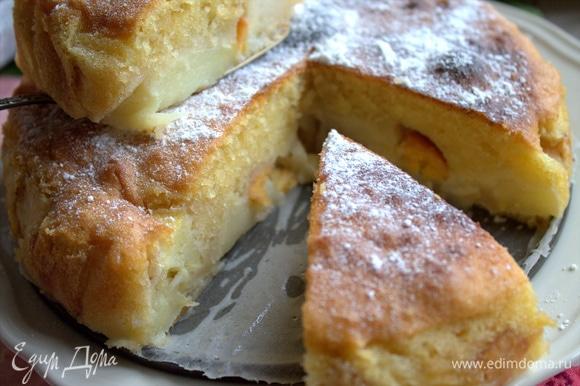 Кто-то скажет: «Это же шарлотка!». Но тут более нежное тесто, весь кусочек влажный, сверху — мягкая корочка.