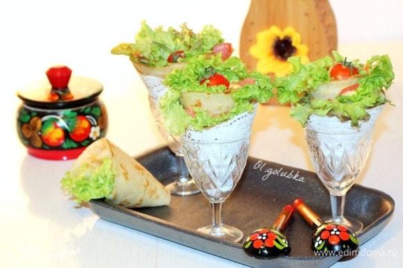 Сворачиваем блинчики с начинкой «кулечком». Серединку блинного «кулечка», можно украсить помидоркой черри или маслиной.
