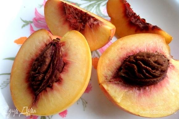 Персики отделить от косточек.