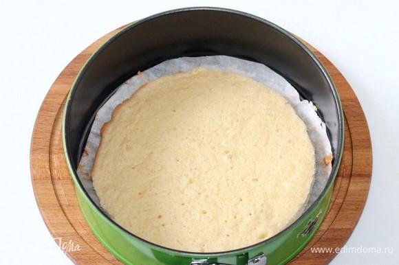 Застилаем дно формочки (Ф=20 см) пекарской бумагой и выкладываем корж (Ф=18 см).