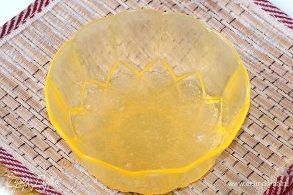 Приготовим суфле. Желатин залить кипяченой, холодной водой, 1:6 и оставить для «набухания».