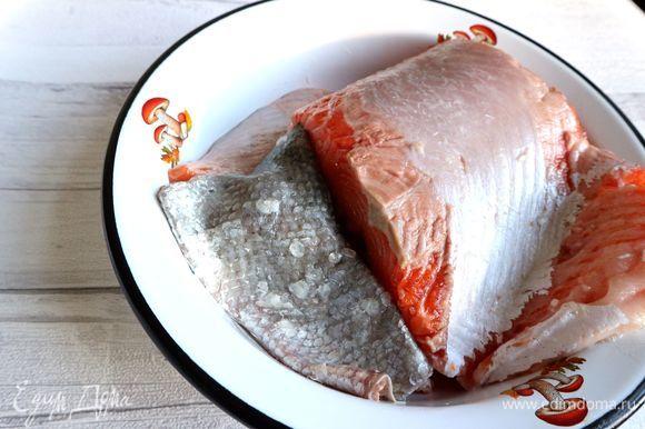 Засолить кусок форели, желательно большего размера, чем требуется для блюда, а потом отрезать необходимый кусочек. Снять с куска рыбы филе, удалив кожу и кости.