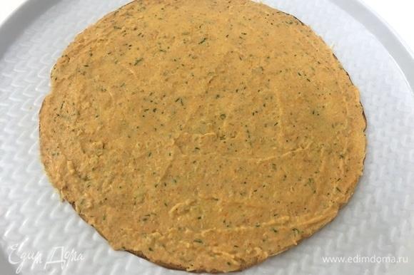 Блин кладем на плоское блюдо или поднос. Намазываем начинкой, распределяя ее равномерно средним слоем.