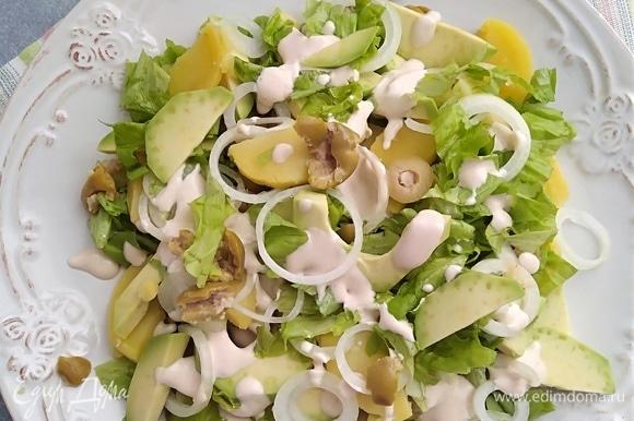 Сверху на салате разложить маринованный лук и полить заправкой. Перемешать. Салат получается нежный, легкий и очень сытный!