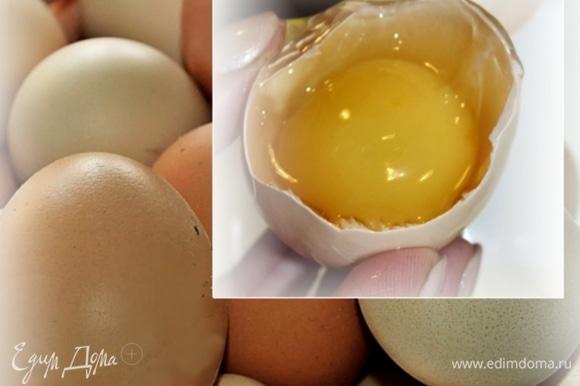 Но не о пахте с маслом речь, а о блинах! Займемся тестом. Нужно четыре яйца. Яйца лучше взять домашние.