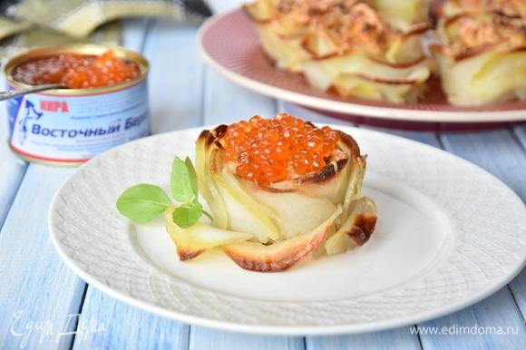 Выложить картофельные цветы на блюдо. При подаче украсить ложечкой красной икры ТМ «Восточный берег».