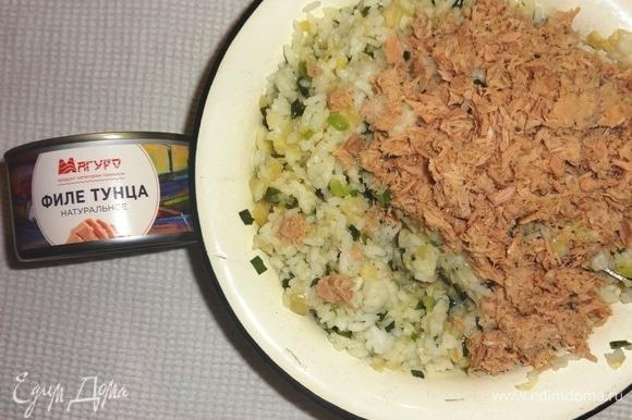 Добавить к рисовой массе филе тунца.