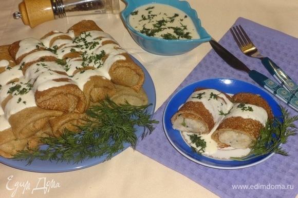 Блинчики перед подачей подогреть в СВЧ или духовке. Подавать с сырным соусом. Украсить веточками укропа и нарезанным укропом. Угощайтесь! Приятного аппетита!