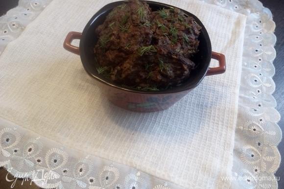 Готовые котлеты сложите в тарелку и немного посыпьте листьями укропа. Я рекомендую вам кетчуп с зеленью, возможно, с добавлением сметаны (нежирной) или майонеза (нежирного). Желаю вам приятного аппетита.