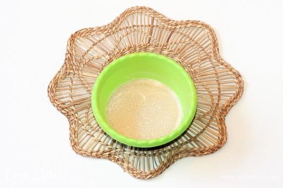 Приготовим опару: 1 ст. л. муки (от общего количества) смешать с 2 ч. л. сахара и 1 ч. л. дрожжей (без горок). В миску влить 50 мл теплой воды и вмешать дрожжевую смесь. Поставить миску с опарой в теплое место до появления пенной шапочки минут на 15–20.