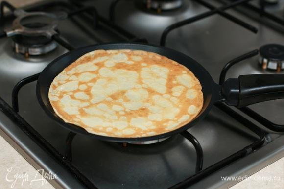 Главный секрет хороших блинчиков — правильная сковородка. Я пеку на сковороде с антипригарным покрытием, ее вообще не нужно смазывать маслом. После готовности складываю блинчики стопкой и накрываю крышкой, так они получаются особенно мягкими и нежными.