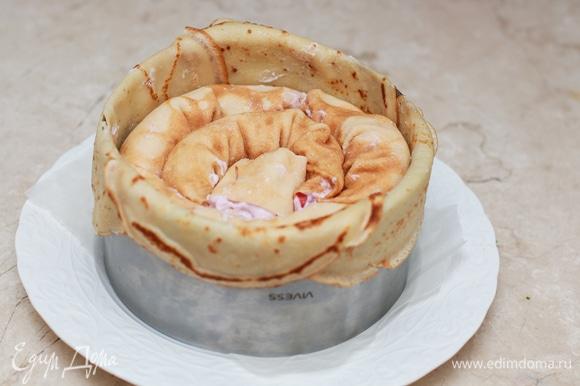 Уложите рулеты во внутрь формы. Уберите форму в пакет и оставьте в холодильнике на пару часов, чтобы торт настоялся.