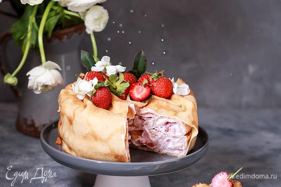 Украсьте торт свежими ягодами по своему вкусу и зовите своих дорогих людей к столу.