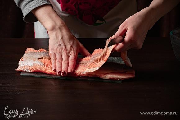 А пока приступим к рыбе. Разделайте рыбу на филе, снимите кожу.