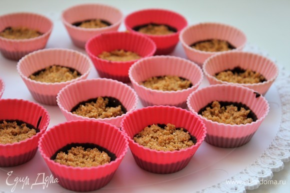 Заполнить формочку арахисовой пастой. На фото арахисовая крошка, которую отметила в пятом шаге. Ее можно слегка примять или оставить так. Далее заливаем арахис шоколадом.