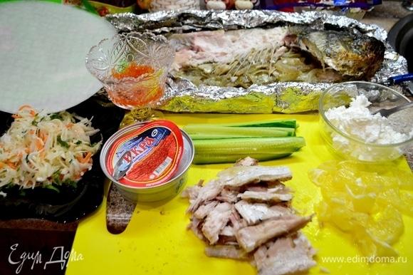 Подготавливаем ингредиенты: открыть баночку икры ТМ «Восточный берег», огурец нарезать соломкой средней величины, филе рыбы отделить от костей. Лимон нарезать на кусочки.