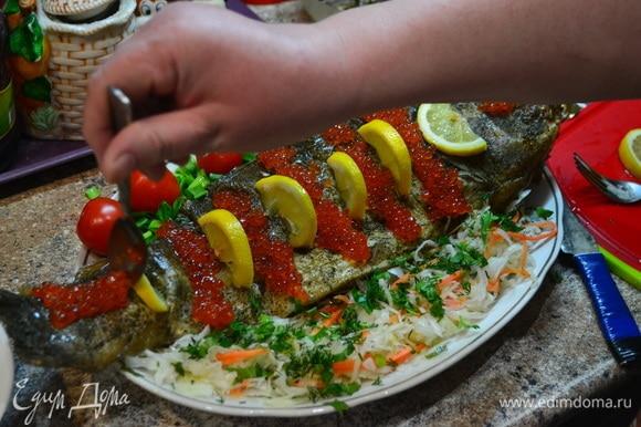 Словно картина! На гарнир — квашеная капуста, помидоры, оливки. Украшаем вкусной и красивой икрой.