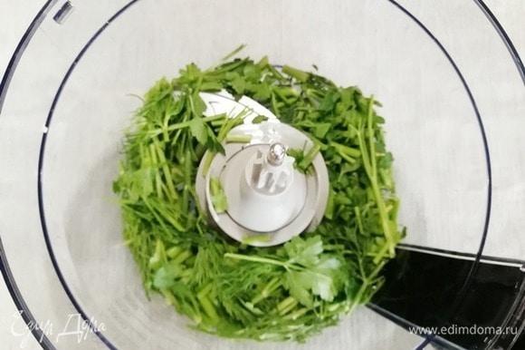 Оставшиеся веточки зелени помещаем в чашу блендера.
