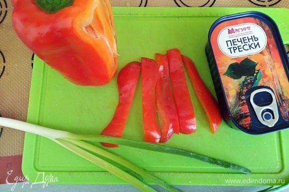 С печени трески ТМ «Магуро» слить масло, перец нарезать полосками, лук вымыть (нужна только зеленая часть).