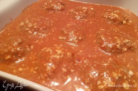 Вылить приготовленный в миске соус.