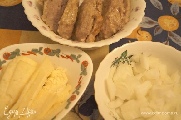 Подготовьте продукты: сыр нарежьте на тонкие ломтики, котлеты — вдоль на две части, лук режьте так, как вам больше нравится. В ингредиентах нет жареных котлет, там указаны свиные на косточке, поэтому уточняю, что я брала простую жареную котлету из свинины, вы можете взять любые котлеты на ваш вкус.