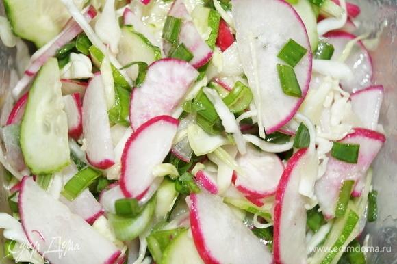 Овощи нарежьте произвольно — так, как вам нравится. Посолите, заправьте ароматным подсолнечным маслом, перемешайте. Салат готов. С жареной картошкой вкусно.